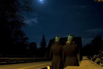 green_hats_at_the_bridge_leikattu